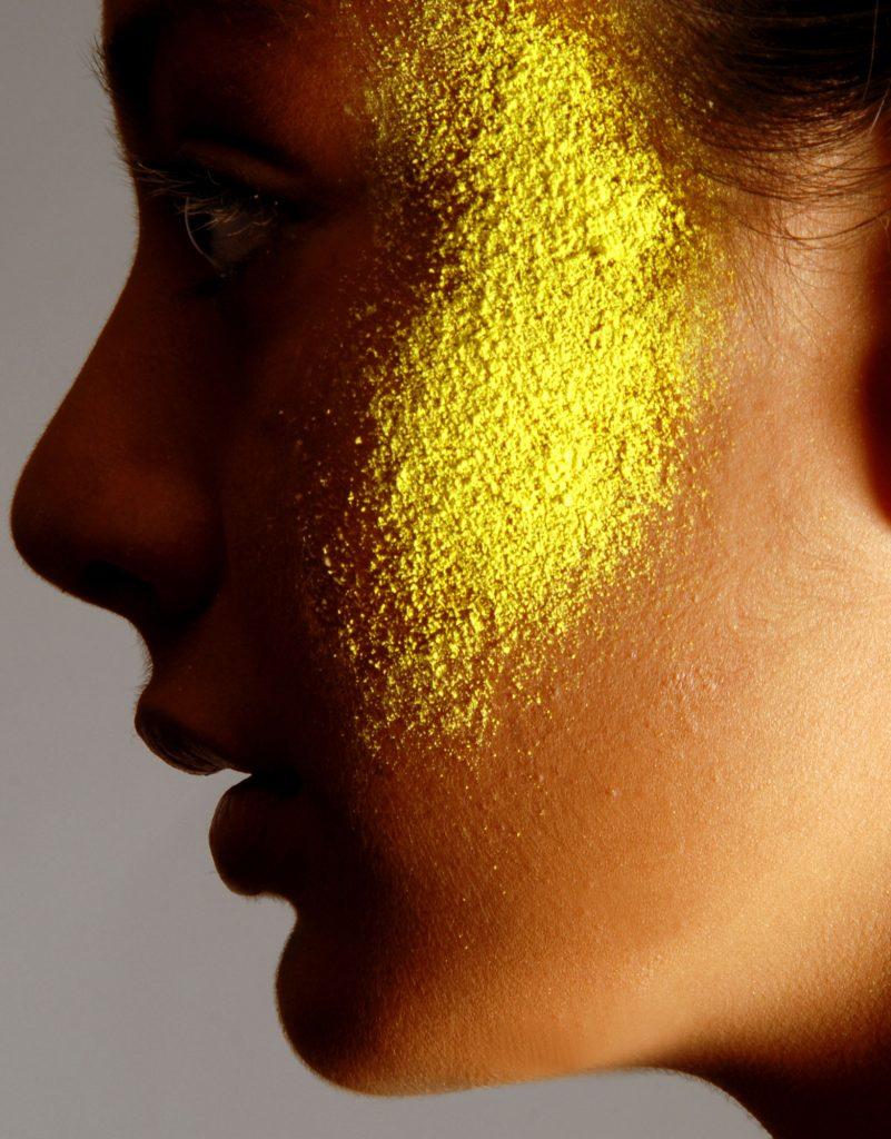 Gold in Gesicht einer Frau