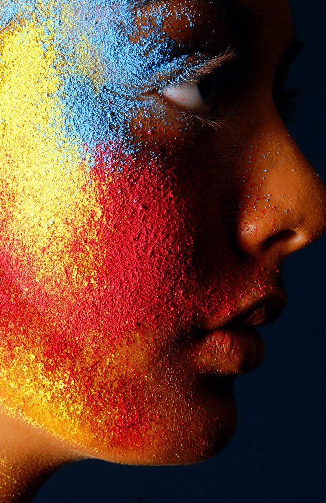 Frau mit Farbpulver im Profil