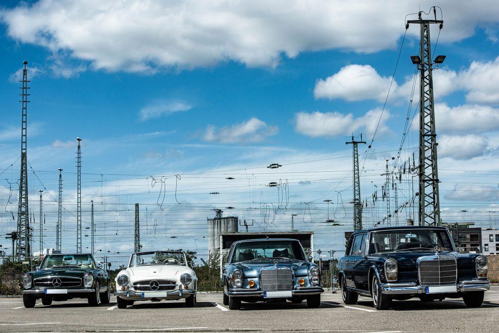 Mercedes Benz 4 Oldtimer auf Parkplatz