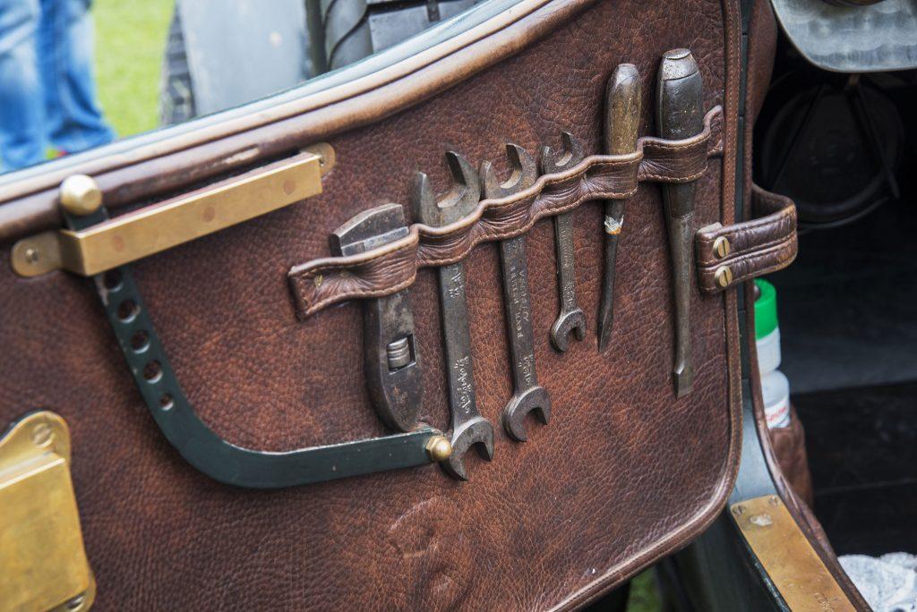 Oldtimer Fotografie Werkzeughalterung in Tür