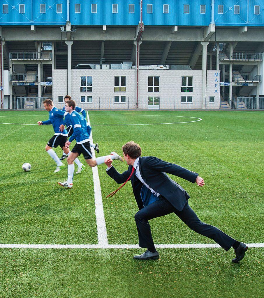 People Fotografie Fußballplatz Mann im Anzug